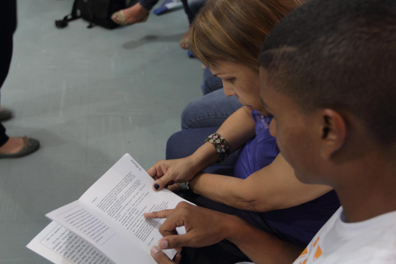 Prof. Maria Luiza e Matheus, ex-aluno voluntário, participam de formação sobre Tertúlias Dialógicas Literárias