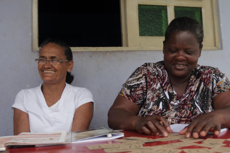Nerivalda dos Santos, 51, e Renilda Santos, 47, participam de aulas de alfabetização