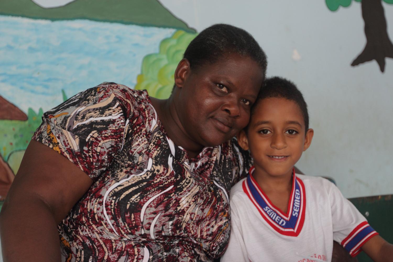 Renilda e seu filho Marlon, aluno da escola