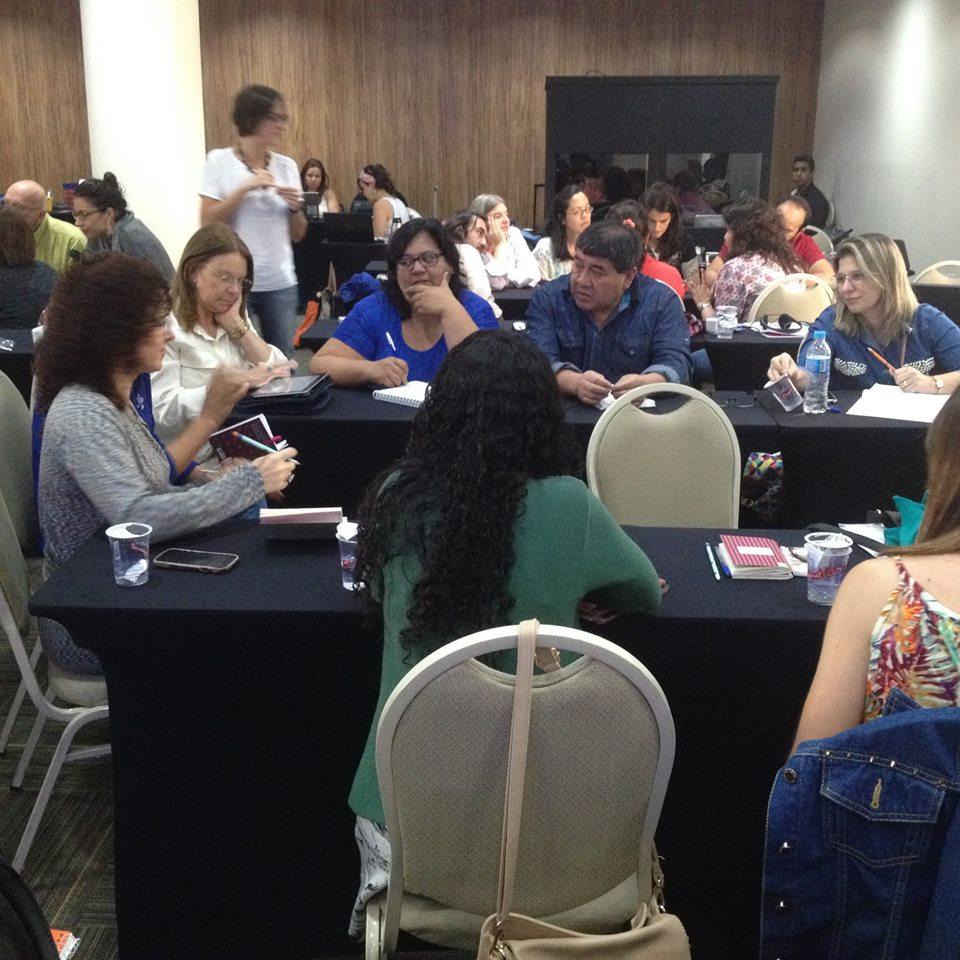 Os participantes reuniram-se em grupos para pensar nos desafios e soluções para o trabalho com Comunidades de Aprendizagem