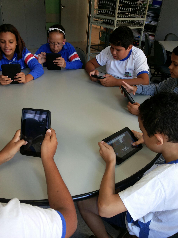 Alunos do 5º ano da EM Cyrino Vaz de Lima realizando Tertúlias com o apoio dos  tablets.