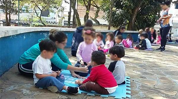 Grupo Interativo de jogos matemáticos com crianças e voluntários na EMEB Vereador Kiyoshi Tanaka