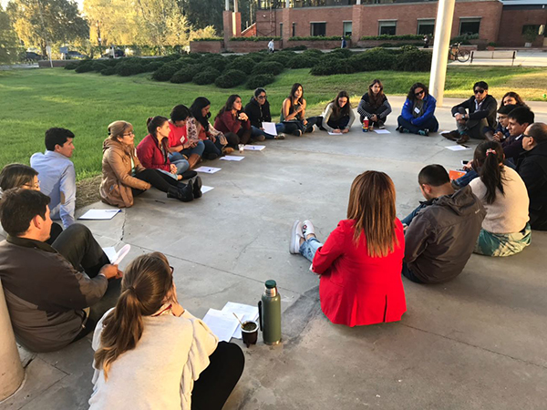 Participantes realizam de Tertúlia Dialógica no jardim da Universidade de San Andrés