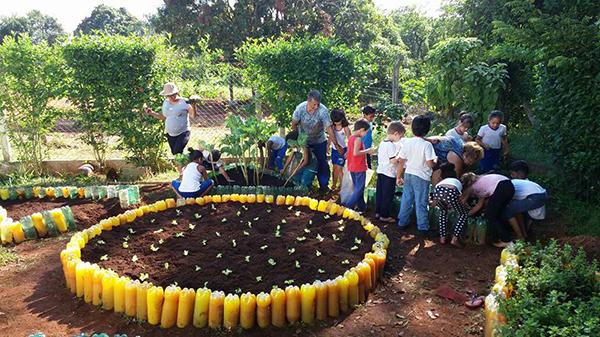 Horta mantida por alunos e voluntários na escola Professor Eduardo, em Socorro (SP)