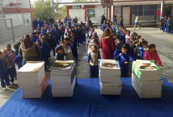 Evento para entrega de livros clássicos às crianças da Escuela Mártires de Cananea, no México