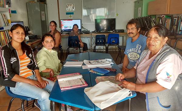 Curso de alfabetización para familiares en la escuela Sor Juana. Don José y Doña Lorenza a la derecha.