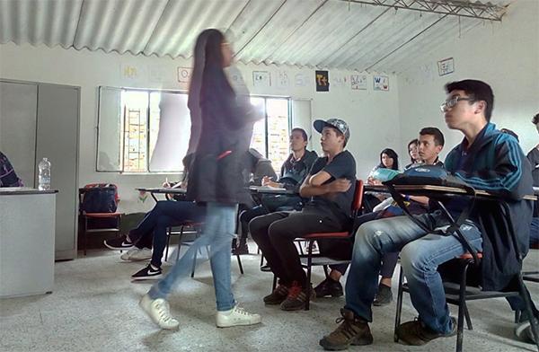 Aula de Inglês para a comunidade na escola Cacicazgo